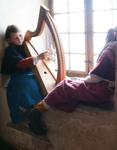 Flo an der Harfe